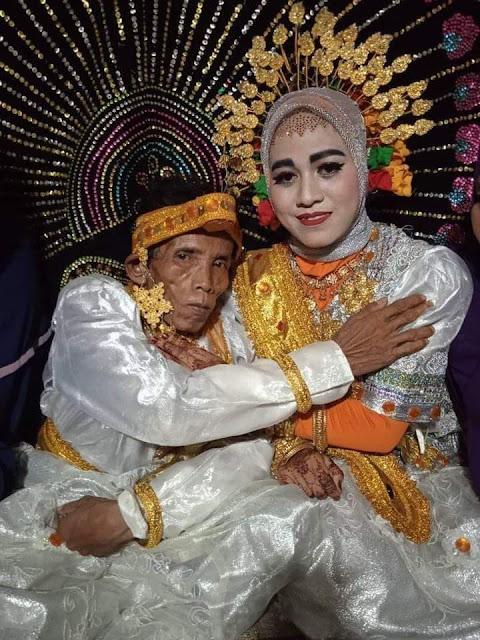 Kumpulan Foto-foto Kemesraan Kakek Bora dan Istri, Anak Muda Lewat