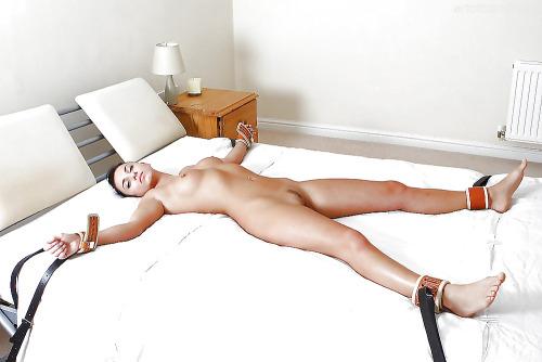 blog filles sexy femme attachee au lit