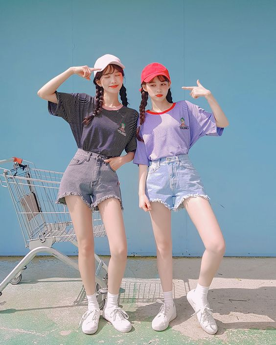 Meninas usando estilo coreano girly