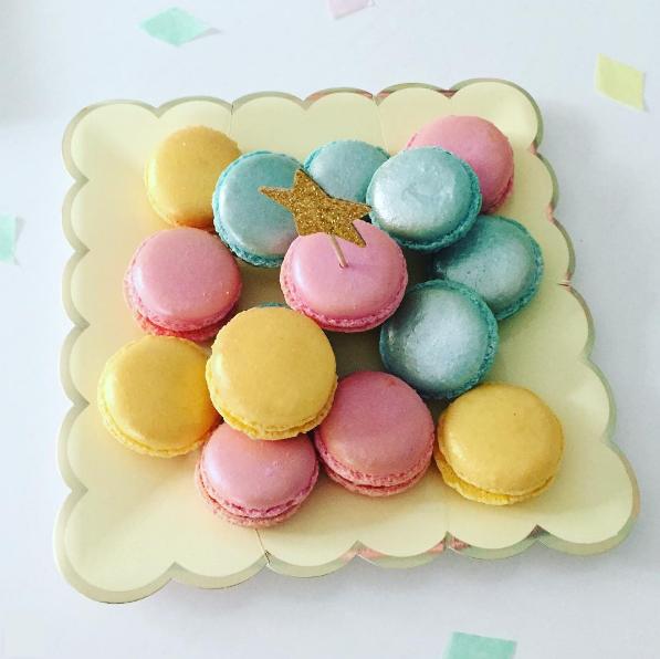 macarons couleur pastel dans une jolie assiette jaune