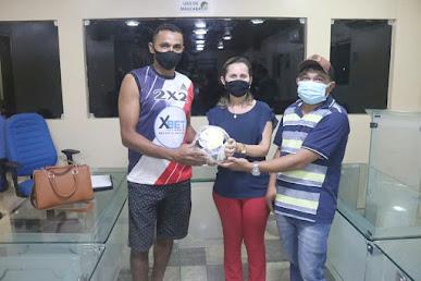 Prefeita reúne desportistas, entrega bolas de futsal e reafirma apoio ao esporte de Araçagi