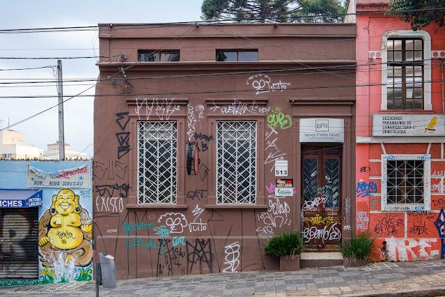 Casa na R. Trajano Reis, com a fachada toda pichada