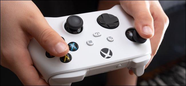 شخص يحمل وحدة تحكم Xbox Series S.