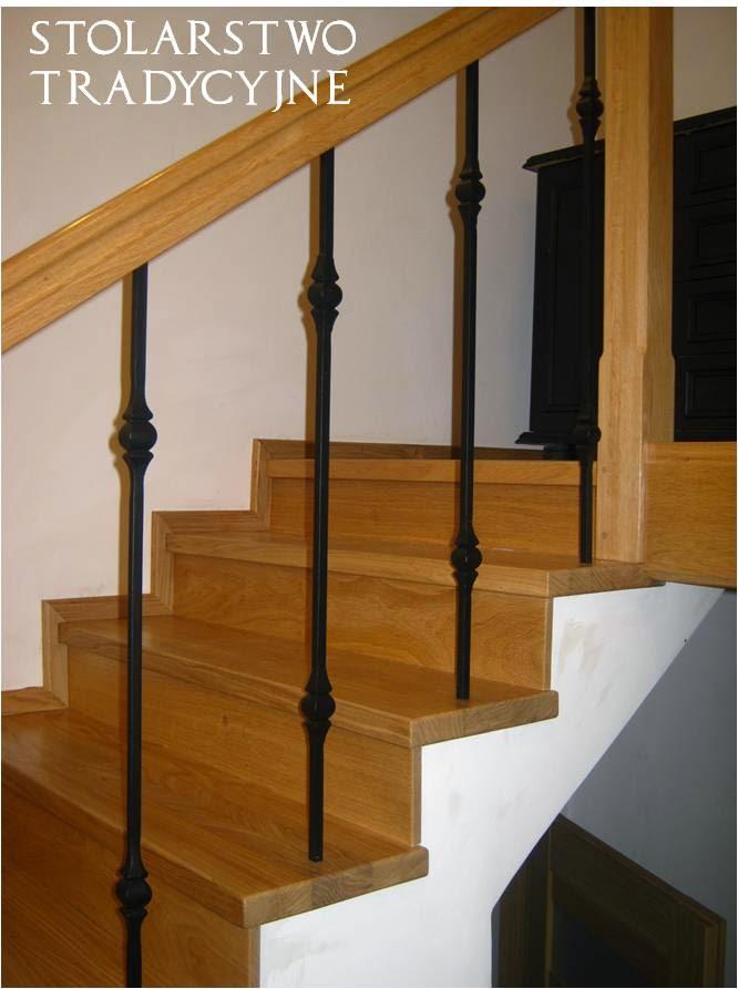 schody drewniane z metalowymi tralkami