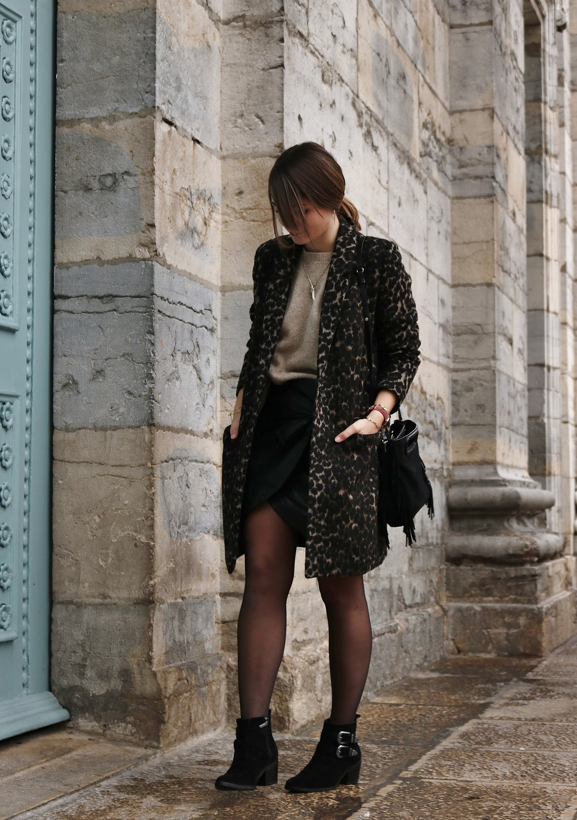 pauline-dress-blog-mode-besancon-deco-lifestyle-manteau-leopard-hiver-look-tenue-outfit-fashion-blogger-jupe-similicuir-nouee-mango-pull-sandro-suite-341