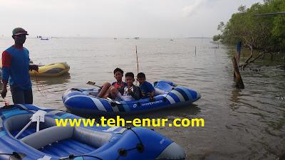 Menyewa perahu karet di Pantai Kejawanan