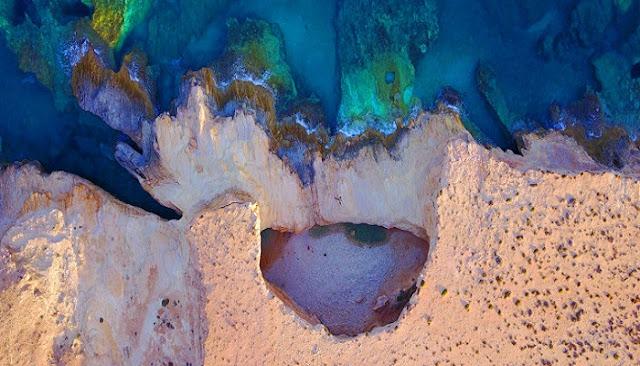 Γάλα: Μια τεράστια τρύπα, σαν φυσική πισίνα, από τις πιο μαγικές παραλίες στο Αιγαίο