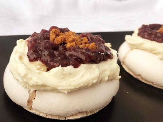 Pavlova con crema de queso y frutas del bosque