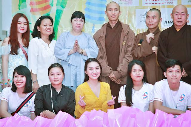Cao Mỹ Kim xúc động trao hơn 800 phần quà cho người nghèo - Ảnh 8