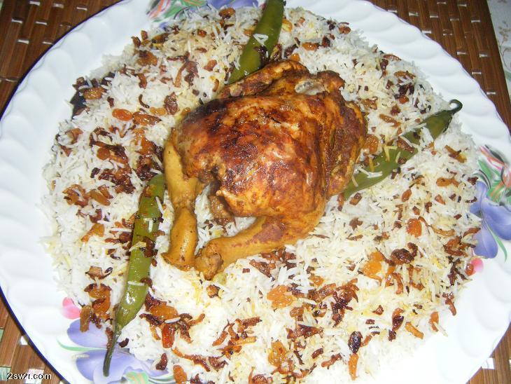 طريقة عمل دجاج مشوي بالفرن مع رزأبيض بخلطة البصل والزبيب بالصور