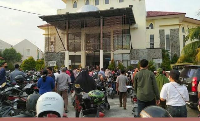Ribuan Warga Kota Pekanbaru Antusias Ikuti Vaksinasi COVID-19 di Gedung Guru.lelemuku.com.jpg