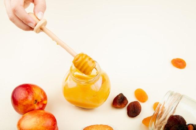 蜂王乳可以緩解熱潮紅、腰痛、背痛、情緒焦慮等更年期症狀,亦可預防骨質疏鬆