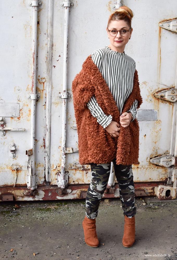 Olivgrüne Hose im Mititary Style für Frauen, gestreifte Bluse