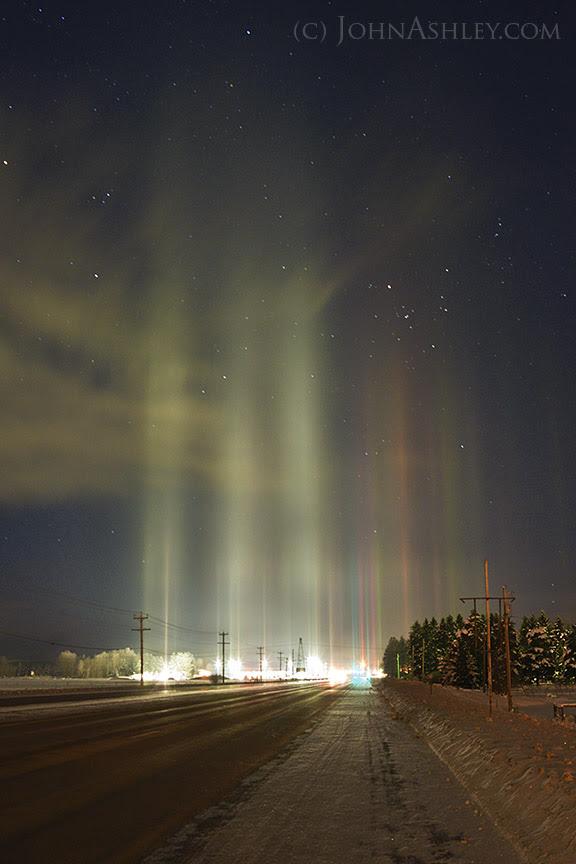 Hiện tượng quang học Light pillar - Cột sáng bên trên một trạm gas ở thành phố Columbia Falls, bang Montana, nước Mỹ vào ngày 3/1/2016 vừa qua. Tác giả hình : John Ashley, chụp bằng máy Nikon D750.