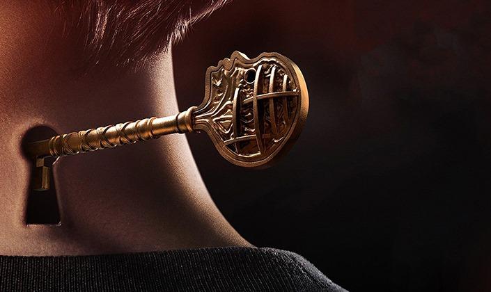 Imagem de capa: fundo escuro e um garoto de costas, o cabelo castanho claro e na nuca do garoto vemos uma abertura de fechadura e uma chave dourada com o formato de uma cabeça humana entrando por essa abertura.
