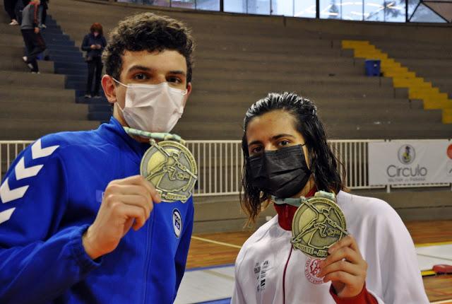 Matheus Becker e Carolina Brecheret mostram medalha de ouro