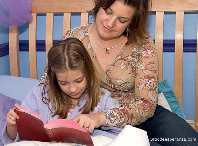 Madre leyendo la Biblia con su hija