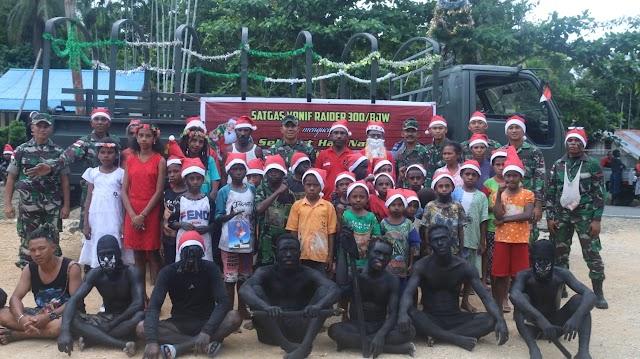 Merayakan Natal, Satgas Raider 300 Lewat Sinterklas Bagi-Bagi Hadiah ke Anak-Anak Papua