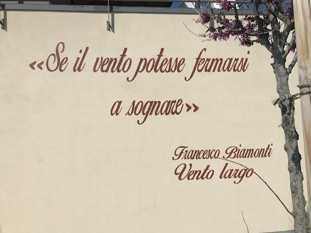 Sul muro del ristorante spunta una frase di Biamonti