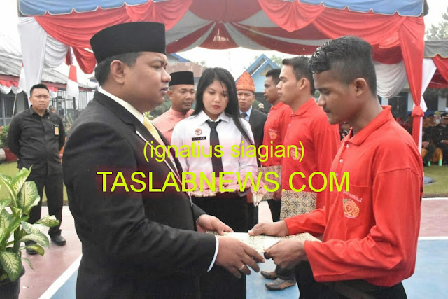 Walikota Tanjungbalai H M Syahrial saat menyerahkan SK Menkumham RI No PAS 445 PK 01.01.02 Tahun 2018 tentang remisi, Jumat (17/8).