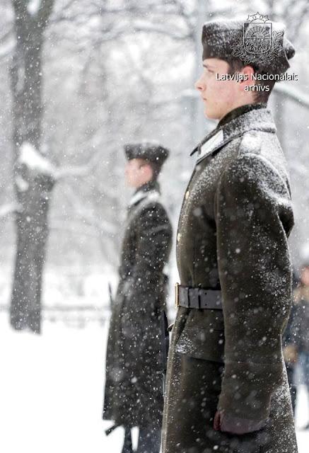 20 февраля 2007 года. Goda sardze pie Brīvības pieminekļa sniegotā februāra dienā