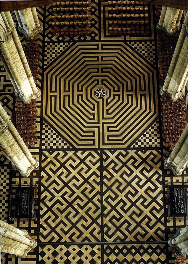 Labirinto no chão da catedral de Amiens, França