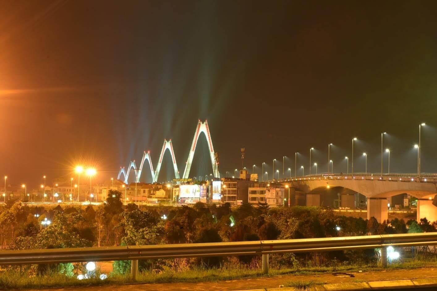 Cầu Nhật Tân nhìn từ chung cư Intracom Riverside.