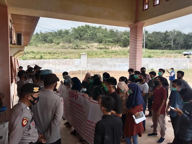 Rangkap Jabatan Oknum Pkh Dinsos Paluta Di Demo Mahasiswa Harian9 Com
