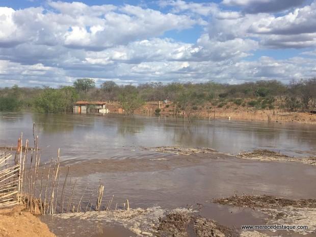 Vazamento em barragem da transposição foi contido, diz Ministério da Integração