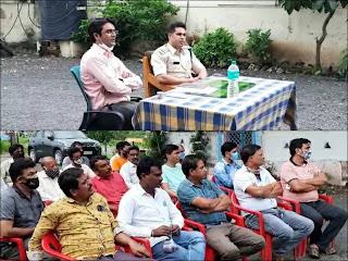 आगामी त्यौहारों को लेकर तिरला थाना परिसर में शांति समिति की बैठक हुई