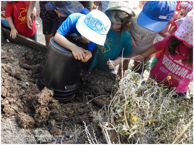 Clase trabajando en la preparación del compost - Chacra Educativa Santa Lucía