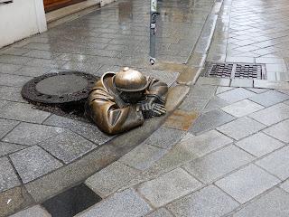 スロバキアのブラチスラバで見つけた銅像(マンホール)