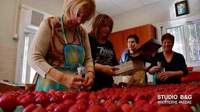 Κόκκινα αυγά για απόρους του Συσσιτίου Ευαγγελίστριας έβαψαν εθελόντριες στο Ναύπλιο (βίντεο)