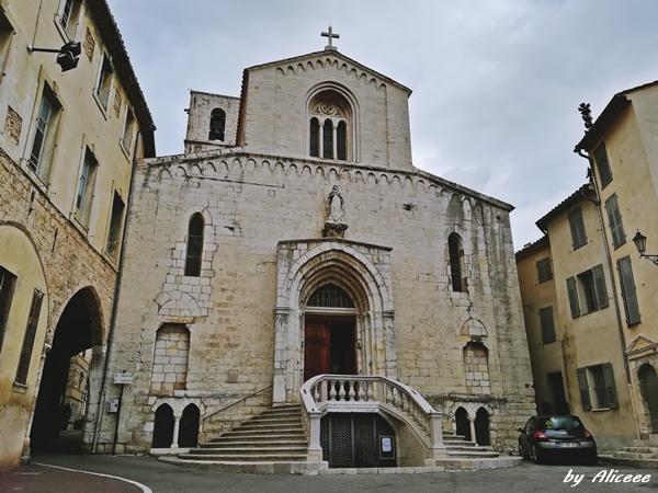 Catedrala-Notre-Dame-de-Puy-Grasse