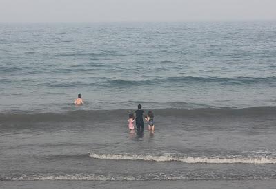 سياحة عند شاطئ البحر