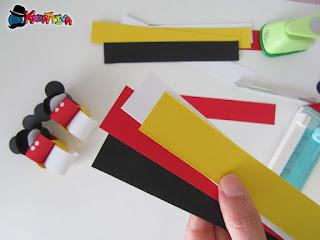 piegare le striscie per creare anelli per segnaposto topolino