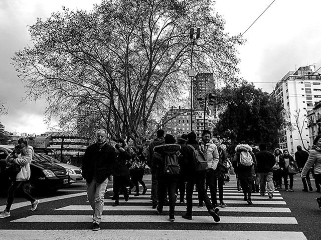 BYN. Gente abrigada cruzando por la zenda peatonal