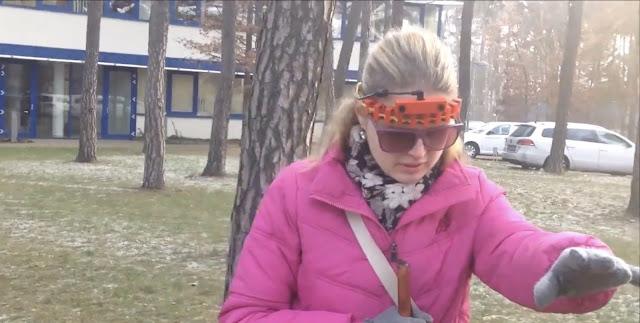 Linda testuje pomůcku (čelenku) venku