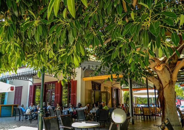 Café na antiga estação ferroviária de Nafplio, Grécia