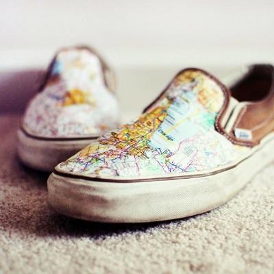 Makeover sepatu usang dengan peta. Hasil terbaik bisa didapat pada sepatu berbahan kanvas.