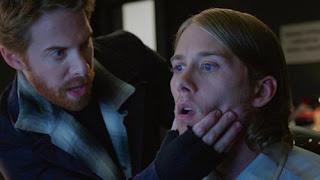 Zack sujetandole la barbilla a Luke