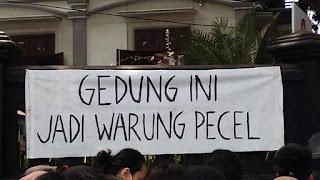 Tulisan Kocak Waktu Demo Mahasiswa di Depan Gedung DPR 1