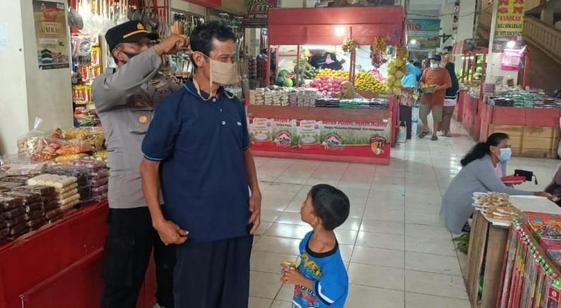 Warga Pasar Bobotsari Senang Dapat Masker Gratis Dari Pak Polisi
