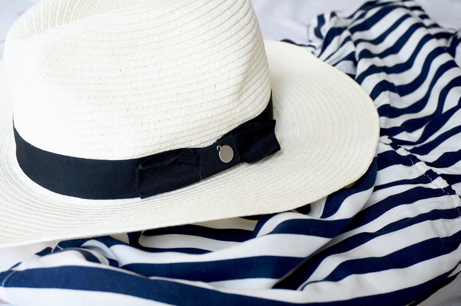 BEACH BAG ESSENTIALS TO KEEP YOU COOL, CALM & COLLECTED