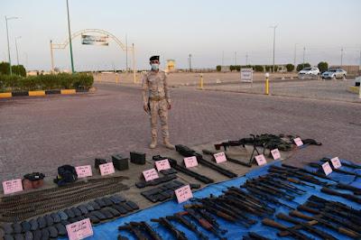 قيادة عمليات البصرة تستعرض الأسلحة المصادرة والمستولى عليها في عمليات التفتيش