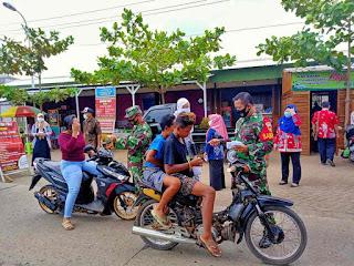 Babinsa Bersama Tim Satgas Covid-19 Berikan Edukasi Dan Sosialisasi Pemakaian Masker Pada Warga Desa Bandengan