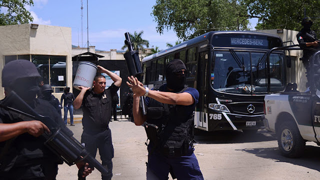 México: Unos ladrones asaltan el mismo autobús y se matan entre sí