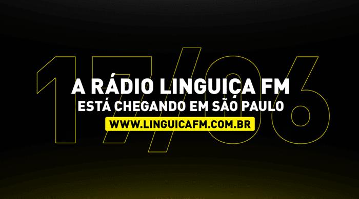 Vem aí a Rádio Linguiça FM, anuncia outdoor instalado na Via Dutra em São Paulo