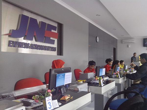 Ilustrasi : Suasana Dalam ruangan Kantor JNE