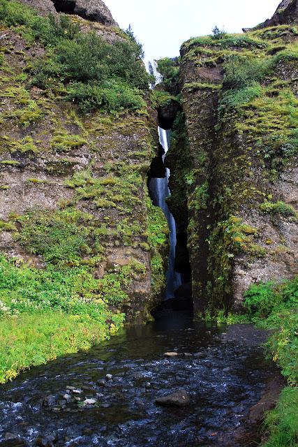 La grieta sobre la cascada Gljúfurárfoss en Islandia